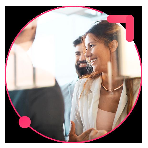 gestión de negociaciones y contratos mujer sonriendo